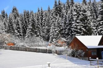 verschneiter Sommerplatz